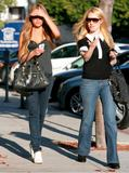 Amanda Bynes Out & About with Leslie Grossman (Januari 9th 2009)